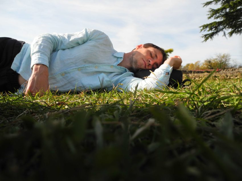 Спать на газоне
