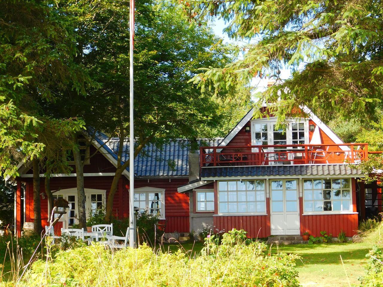 что лучше дом в деревне или дача